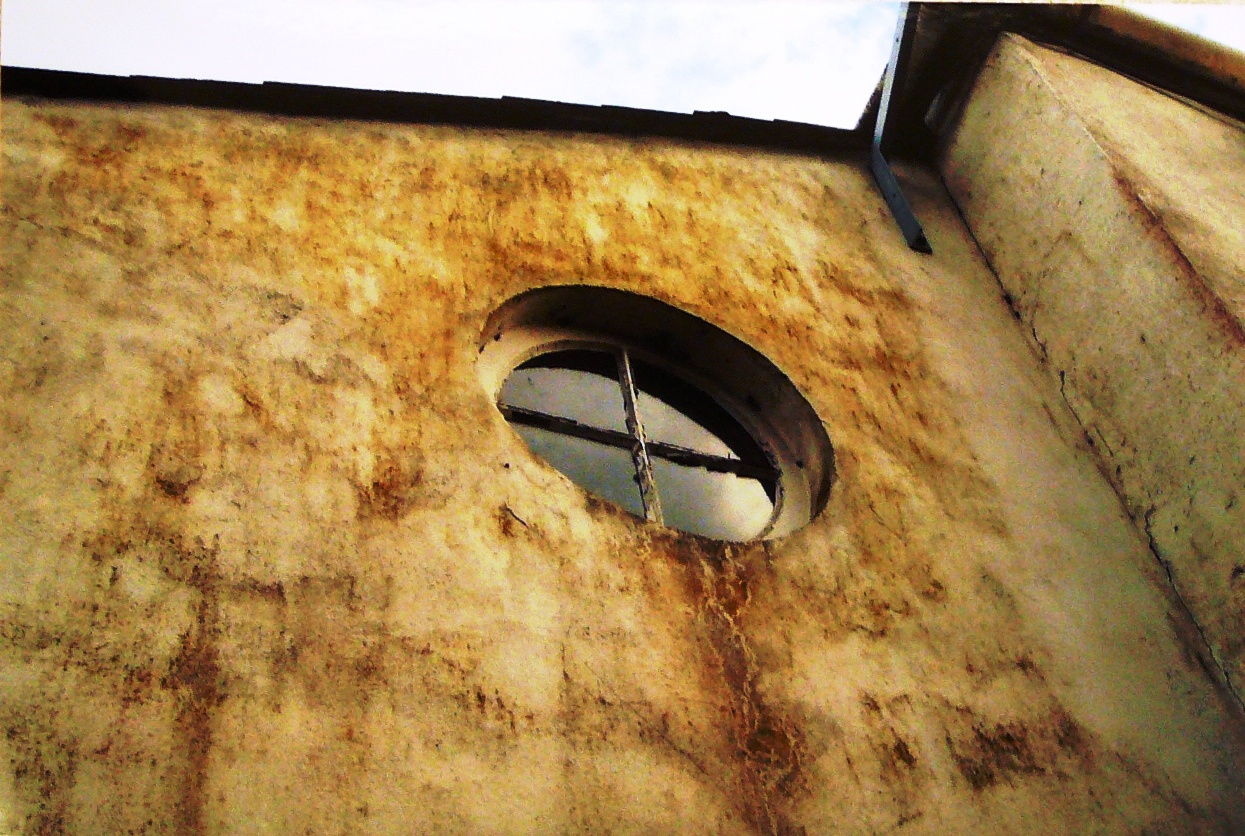 Porthole window, west side of Zimapan, 2009